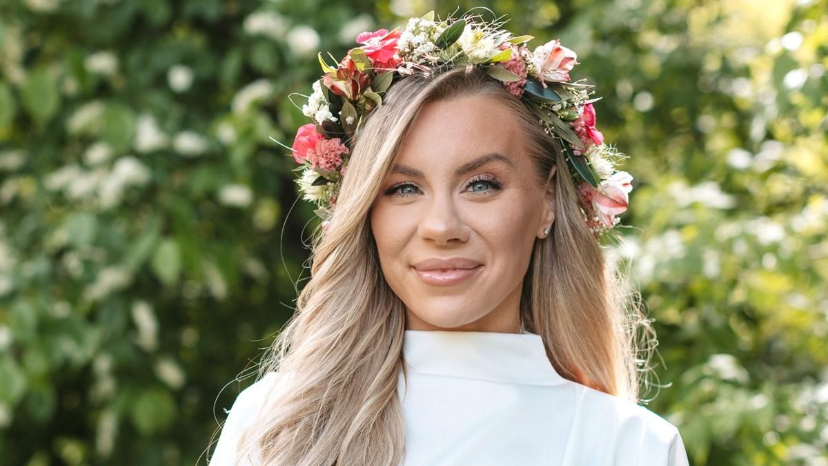 Therese Lindgren i blomsterkrans