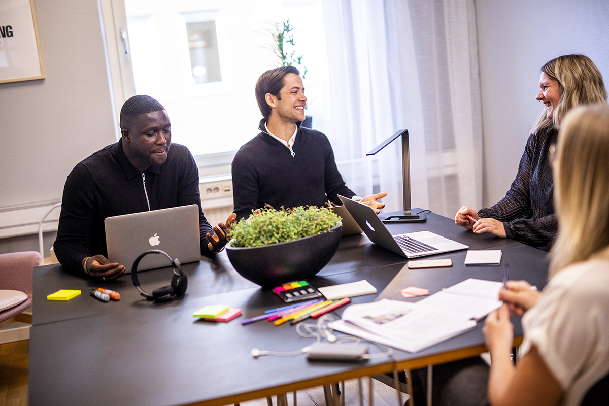 en grupp människor som skrattar i ett mötesrum