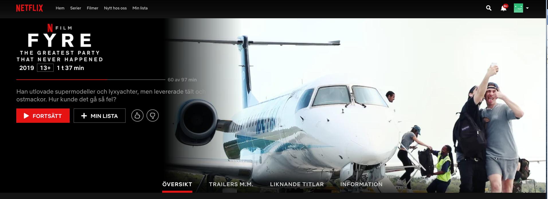 Två killar tar en selfie framför ett jetflygplan
