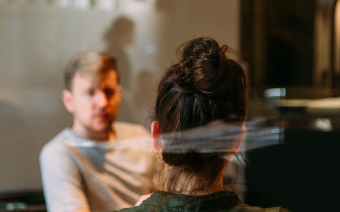Två personer som konverserar i ett mötesrum