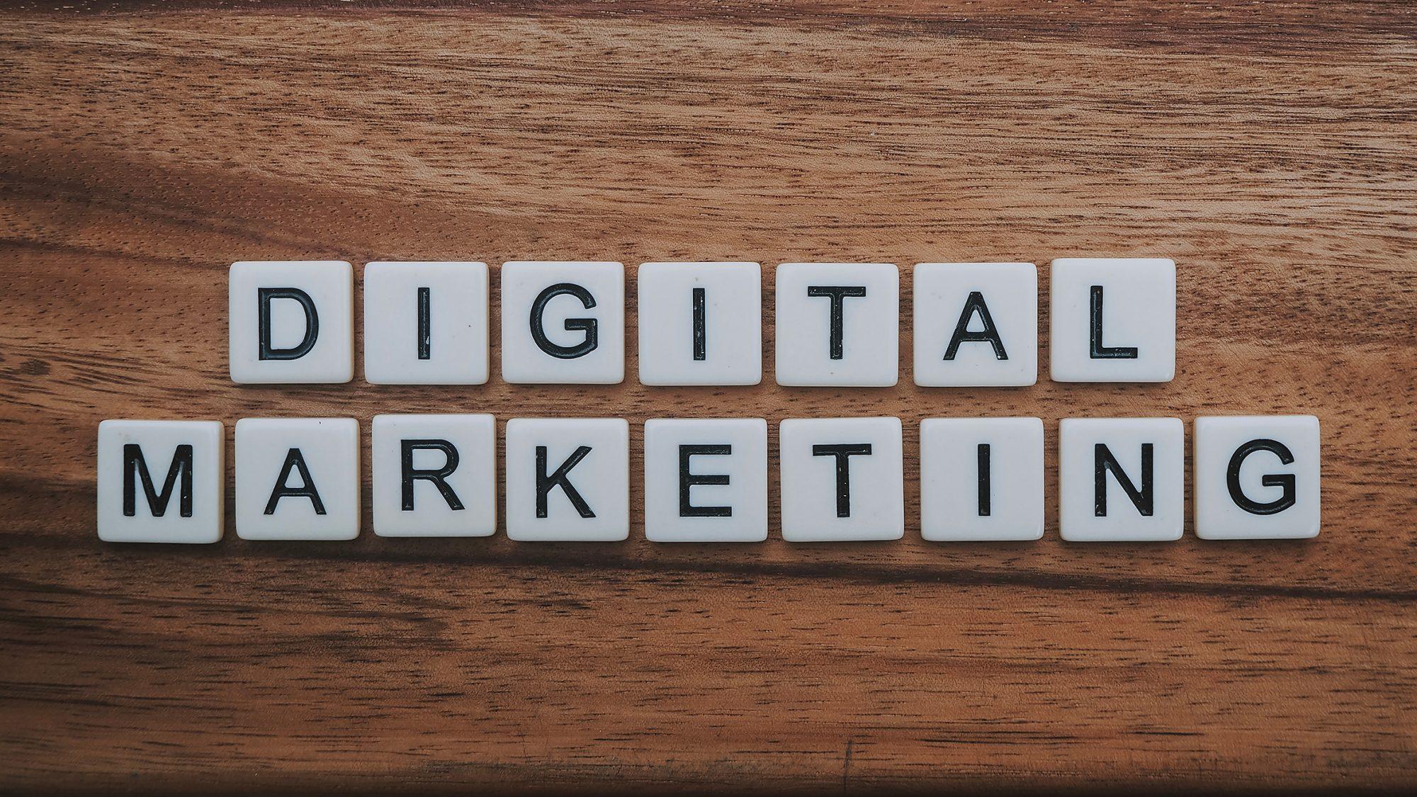 """Bokstavbrickor som bildar ordet """"digital marknadsföring"""""""