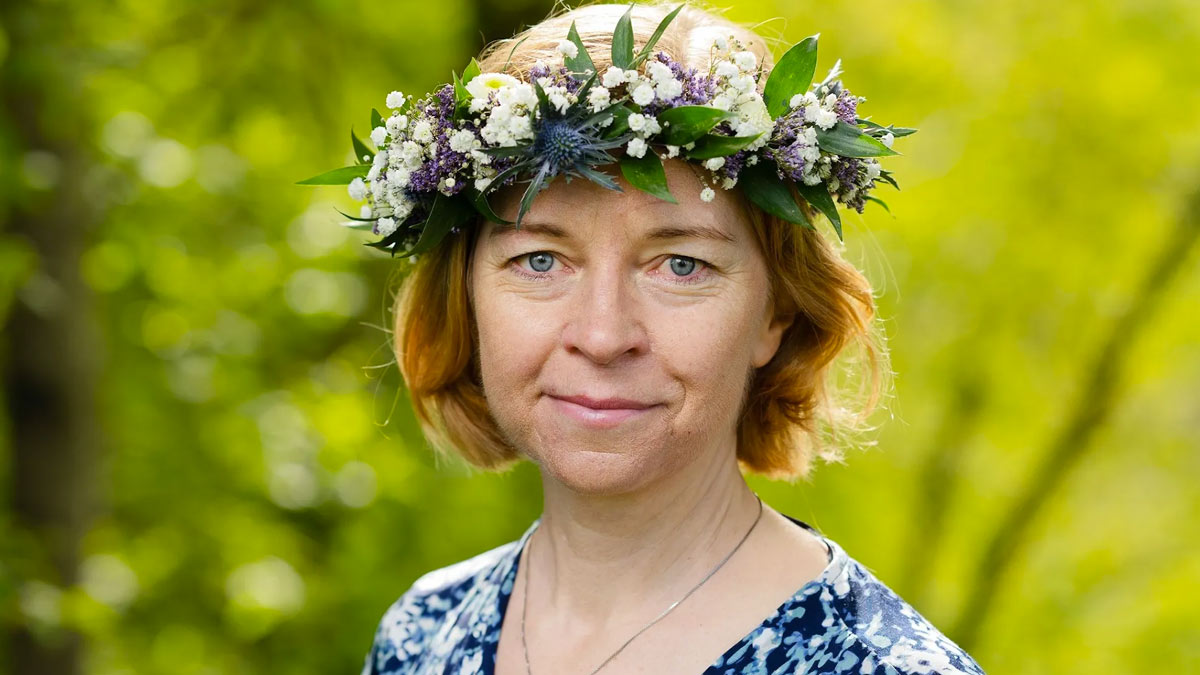 Karin Bodin i blomsterkrans