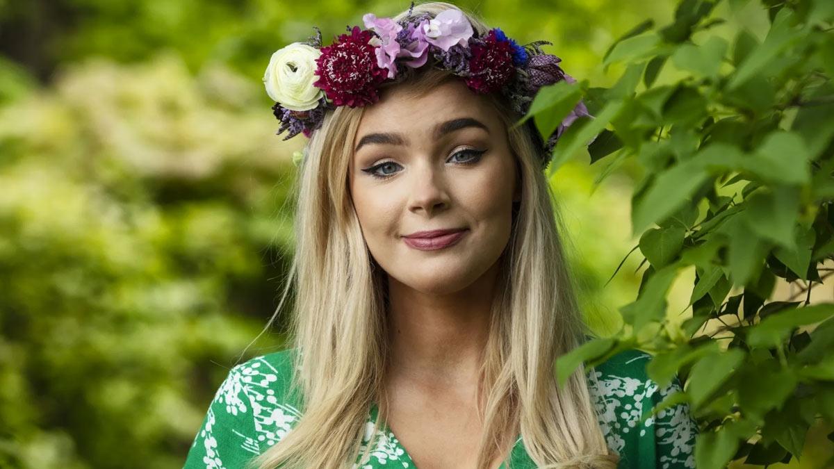 Kristina Keyyo Petruschina i blomsterkrans