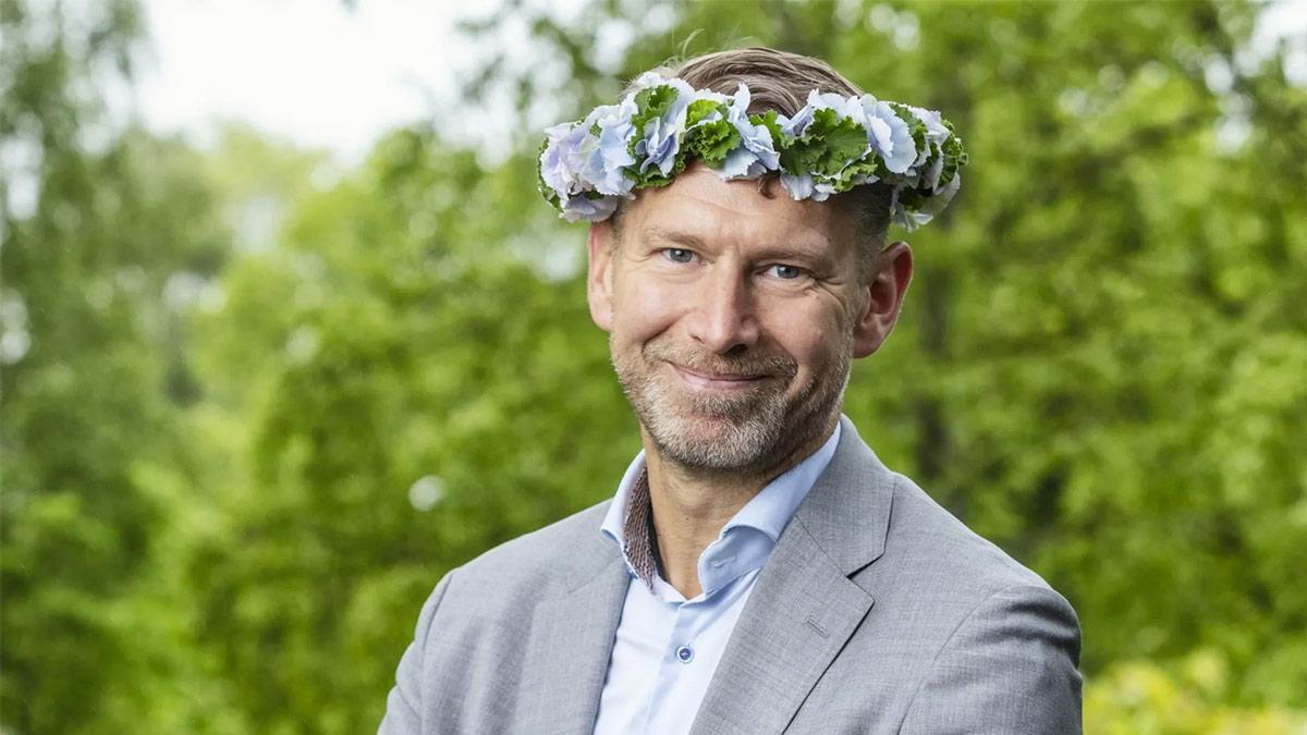 Peter Carlsson i blomsterkrans