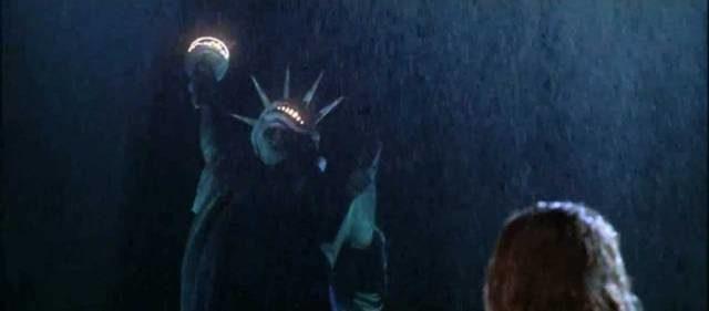 skärmdump från filmen titanic där karaktären rose blickar upp mot frihetsgudinnan