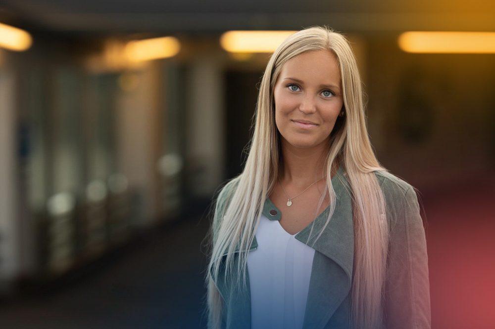 JIBS-studenten Emelie Sturedahl i en skolkorridor på Jönköpings Universitet