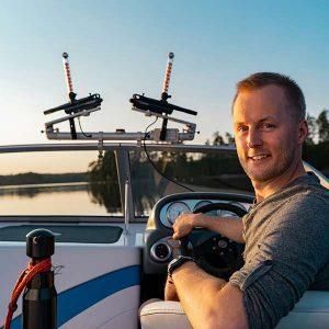 Entreprenören Erik Berhiller på en båt med sin produkt OffCourse.