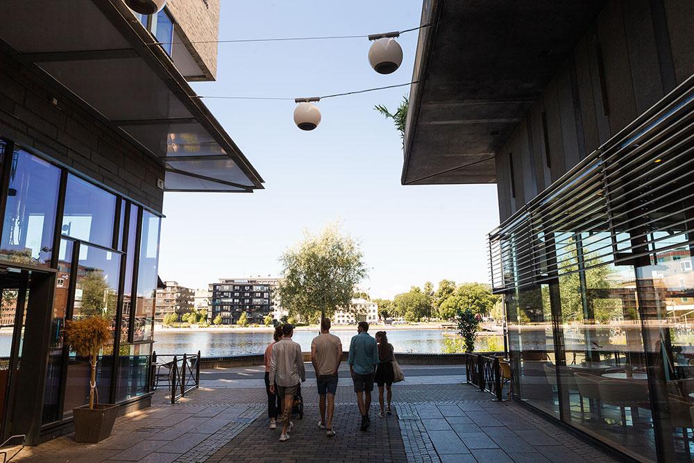 fem personer som strosar runt i Jönköping city