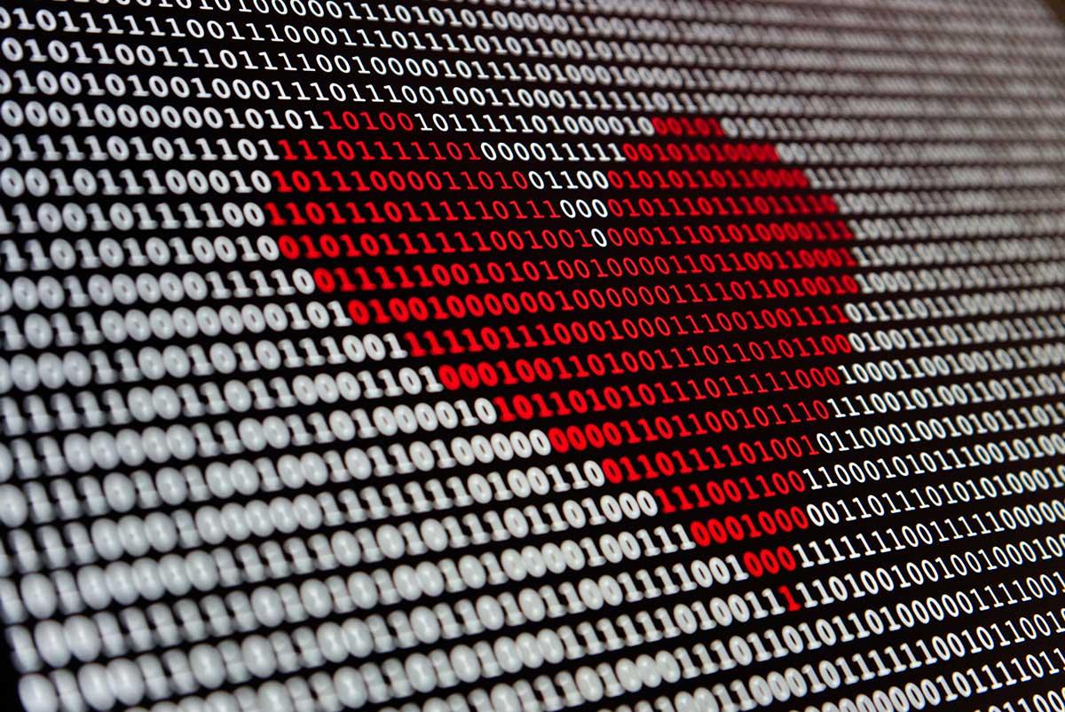En skärmdump på en bild med ett rött hjärta av ettor och nollor