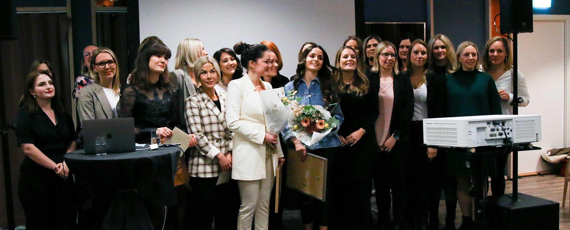 Kvinnorna som tog plats på listan Årets unga ledande kvinna 2019 står tillsammans på prisceremonin som gick av stapeln i mars 2019