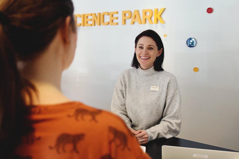 science park service koordinator zarah malm skrattar bakom receptionsdisken