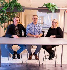 Entreprenörerna Erik Hermansson, Glenn Winbo Sondell och Ann Winbo sitter vid ett bortd i Science Parks coworking-miljö.
