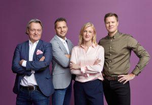 Charlotte Persson, Niclas Eglinger, Tommy Englund och Björn Kjellgren i studio med lila bakgrund.