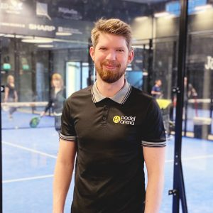 entreprenören Jimmy Lindström framför padelbur