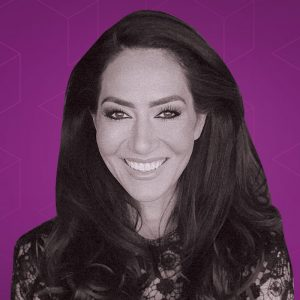 Mouna Esmaeilzadeh mot grafisk lila bakgrund