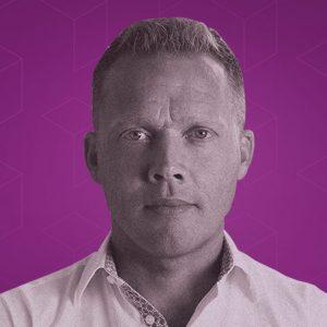 Rickard König mot lila grafisk bakgrund