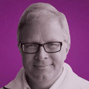 Staffan Truvé mot lila grafisk bakgrund