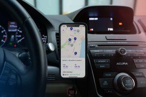 Instrumentbräda i en bil och en telefon med appen Pair Parking