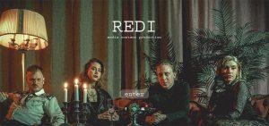 Teamet bakom produktionsbolaget REDI sitter i en soffa i mörkt ljus